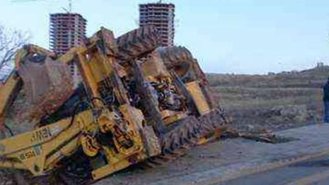 İş makinası ticari taksinin üzerine düştü!