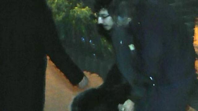 Gözaltına alınan oğlu serbest kalan anne ayaklarına kapanıp ağladı