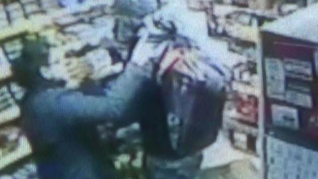 Büfe sahibi kadın, iki soyguncuya tek başına direndi