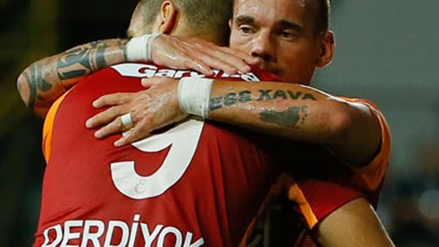 Galatasaray yönetimi futbolculara verdiği cezaları erteledi!
