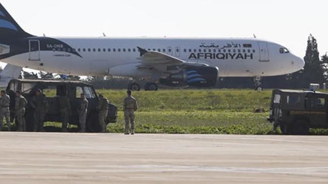 Teröristler Libya uçağını kaçırdı