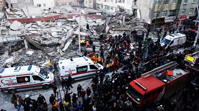Zeytinburnu'nda bina çöktü! 2 ölü, 17 yaralı...