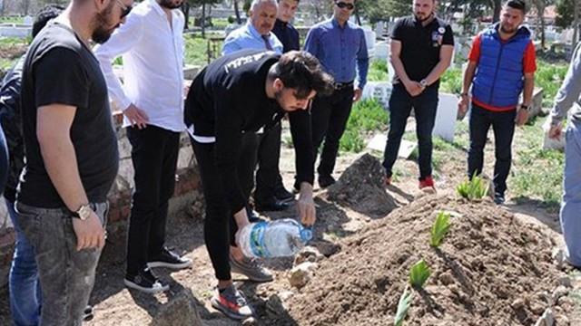 Fenerbahçeli Ozan Tufan, dedesinin mezarını ziyaret etti
