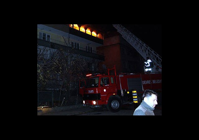 Yangın Yüzünden 40 Kişi Mahsur Kaldı