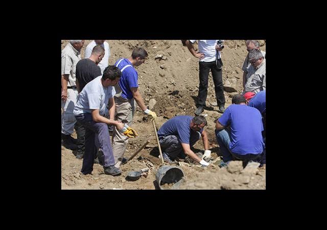BM Askerleri de Toplu Mezar Kazmış