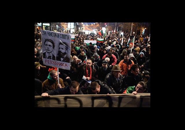 Bulgaristan'da Yüz Binler Sokaklara Döküldü