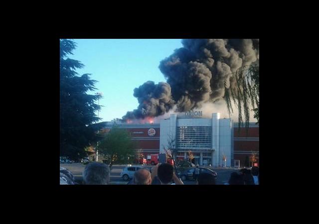 Alışveriş Merkezi Alev Alev Yanıyor