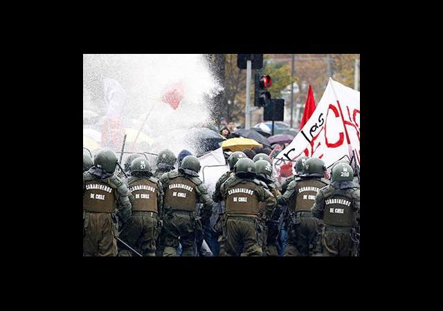 Şili'de Öğrenciler Yine Sokaklarda...