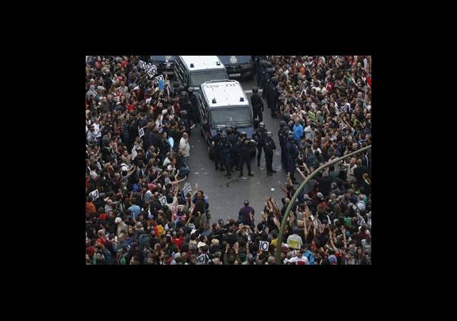 İspanya'da Göstericiler Meclisi Kuşattı