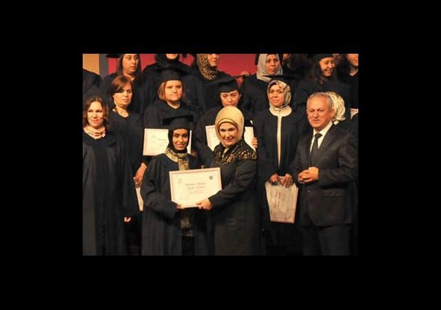 Emine Erdoğan Üniversiteli Annelere Diplomalarını Verdi