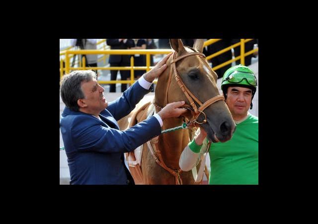 Türkmenistan'da Gül İçin At Şov!