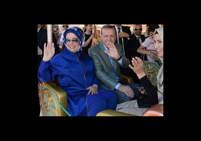 Günün Fotoğrafı: Erdoğan Atlıkarıncaya Bindi
