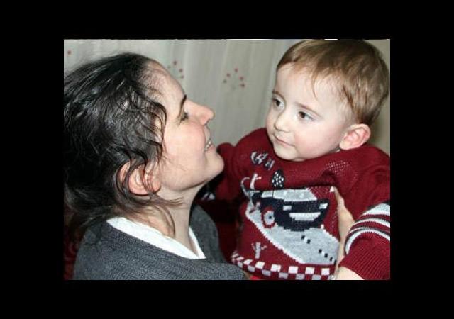 Görme engelli anne oğlunu ilk kez gördü