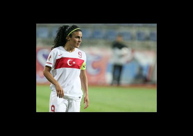 Futbola Kadın Eli