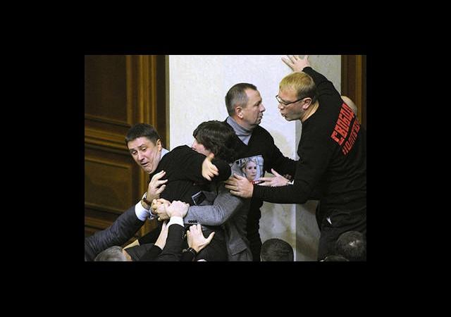 Ukrayna Meclisinde Yumruklar Konuştu!
