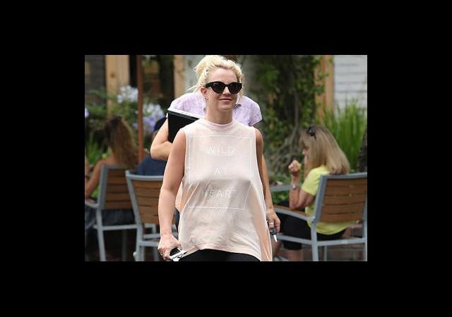 Britney Spears Giyinmeyi Unutmuş!