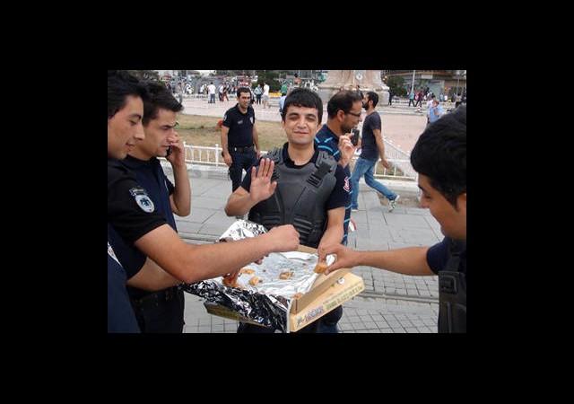 Polis Taksim'de Baklava Dağıttı!