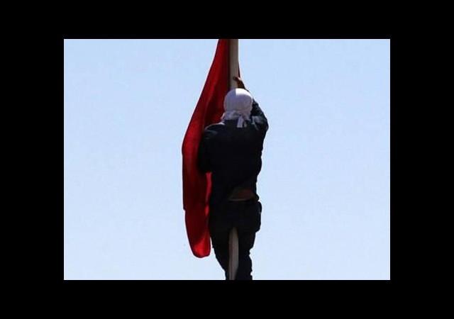 Türk bayrağını indiren yakalandı
