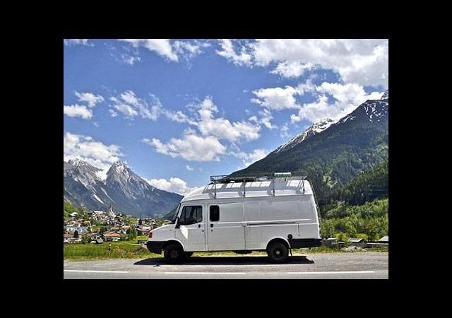 Minibüste yaşayarak dünyayı geziyor