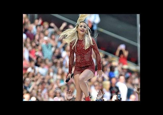 Rita Ora'dan cesur kıyafet