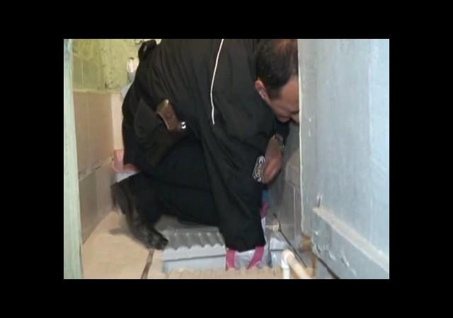 Polis Tuvalete Elini Soktu Çünkü!..