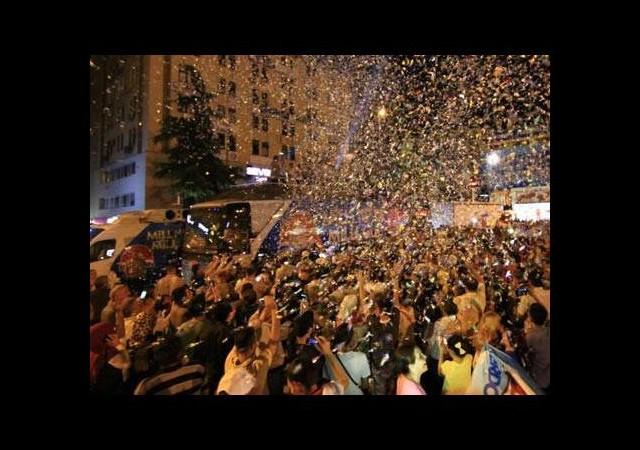 AK Partililer seçim sonuçlarını kutluyor
