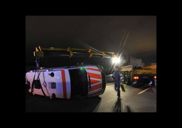 Yardım götüren ambulans devrildi
