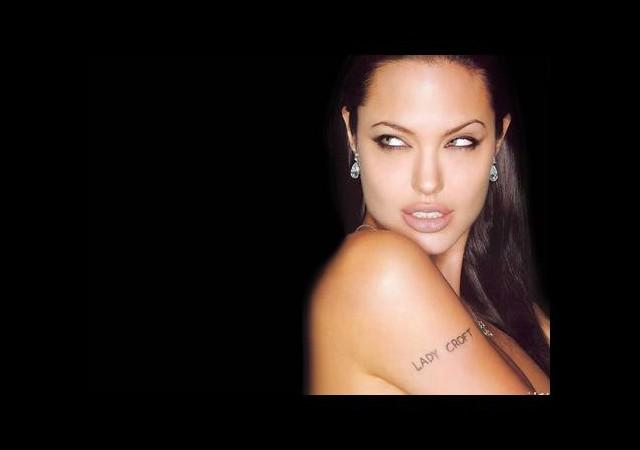 Jolie'ye özenen göğsünü aldırıyor!