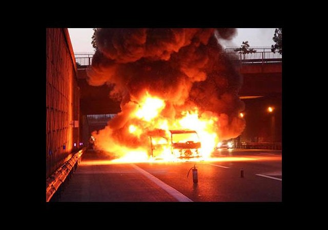 Polisin kovaladığı araç yandı!