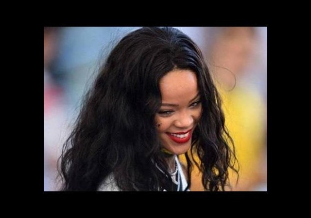 Rihanna küfür ettiği futbolcuyu öptü