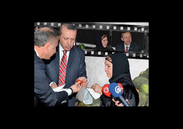 Başbakan'ın Ellerinden Kavun Ziyafeti