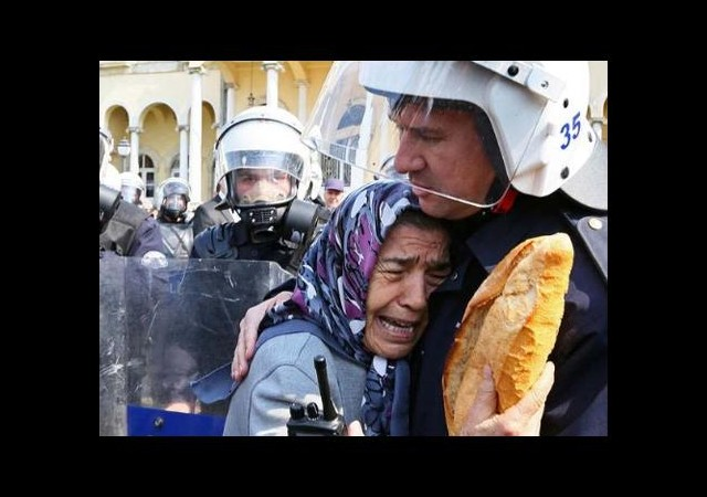 İzmir'de protestoya katılan yaşlı kadını polis teselli etti