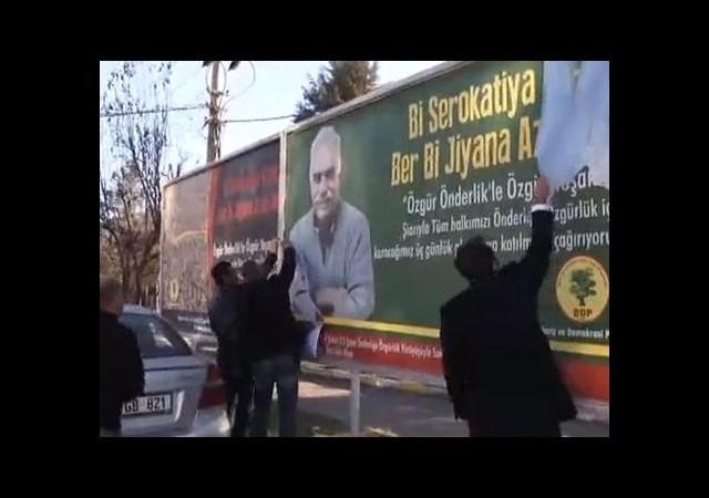 Polis Öcalan'ın posterlerini bıçakla yırttı