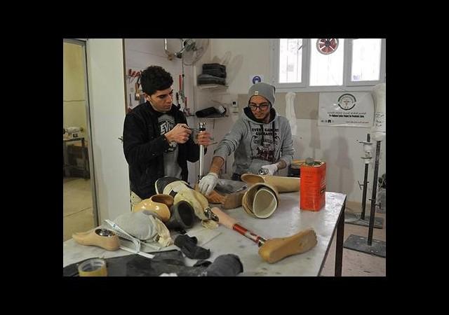 Suriye'deki 'eksik hayatlar' için protez yapmayı öğreniyorlar