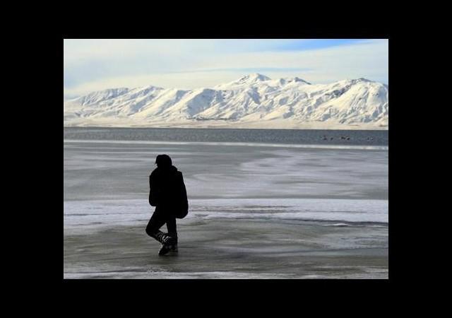 Aşırı soğuklar Van Gölü'nü dondurdu