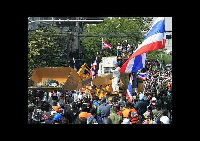 Tayland'da Göstericiler Başbakanlık Binasına Girdi