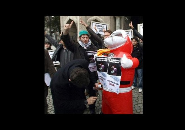 Şişme Noel Baba'yı Bıçaklayarak Eylem!