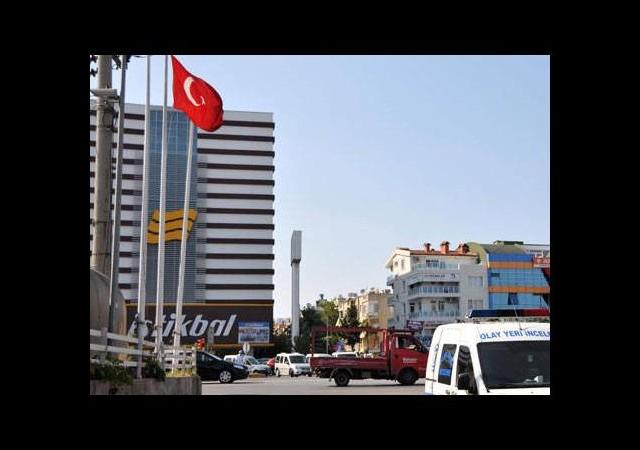 Antalya'da bayrağı indirmeye çalıştı ama...