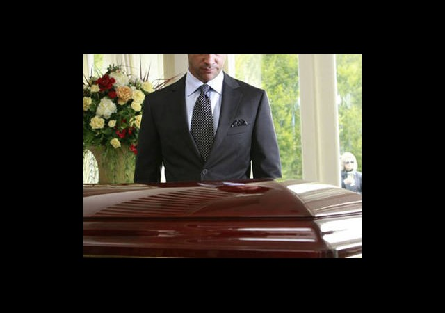 Kendi Cenazesine Katıldı...