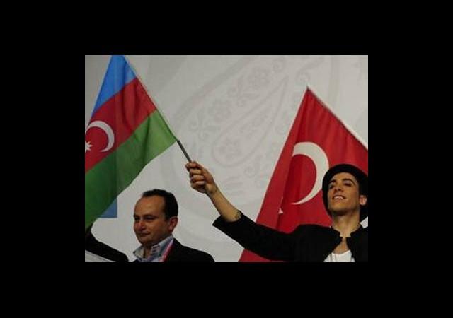 Bonomo'dan Azerbaycan'a 'Bayrak' Jesti