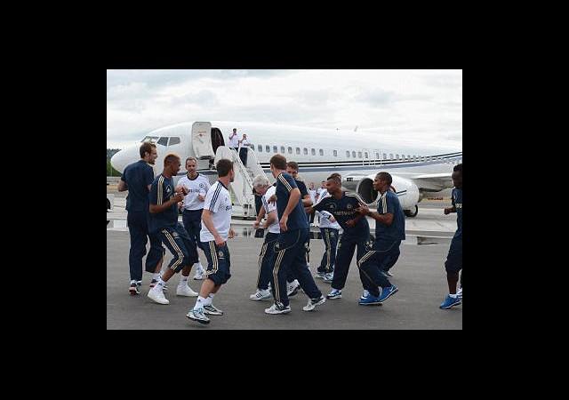 Uçak Gecikince Havalimanında Çalıştılar