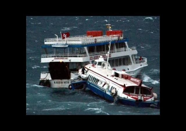 Deniz otobüsü ile feribot çarpıştı