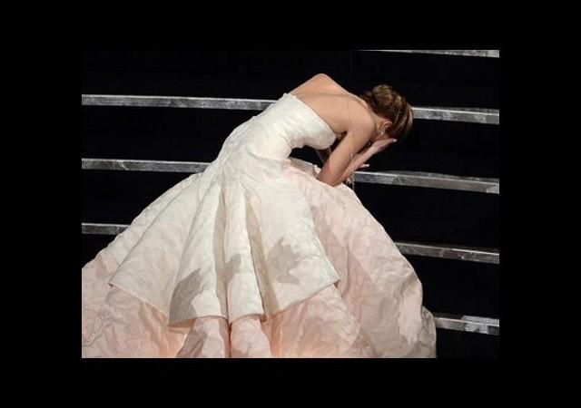 Jennifer Lawrence kırmızı halı kazası 'numara' mıydı?