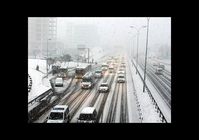 Kar yağışı İstanbul trafiğini rahatlattı