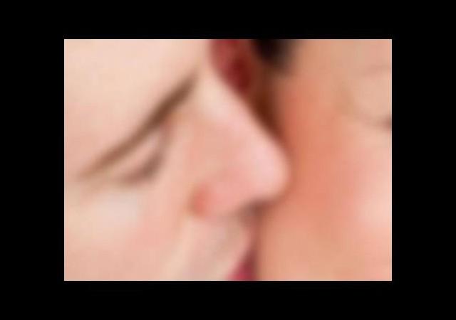 Komşu kadını merdivende zorla öpünce...