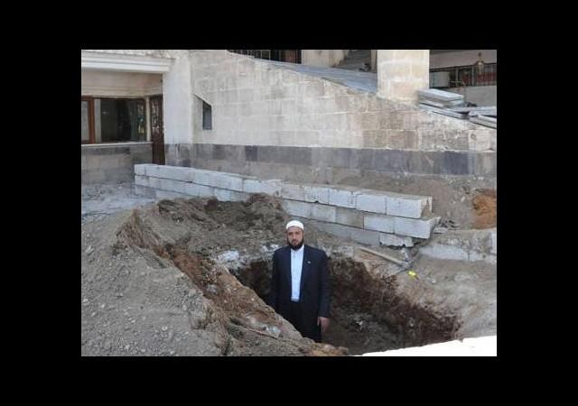 İmam cami avlusuna mezarını kazdı