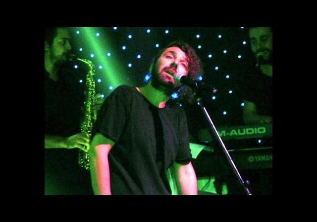 Halil Sezai'den çıplak ayaklı konser