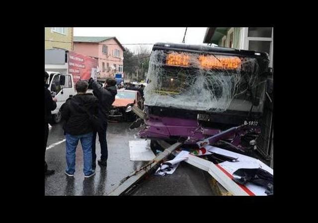 Halk otobüsü kaza yaptı: 2 ölü, 8 yaralı