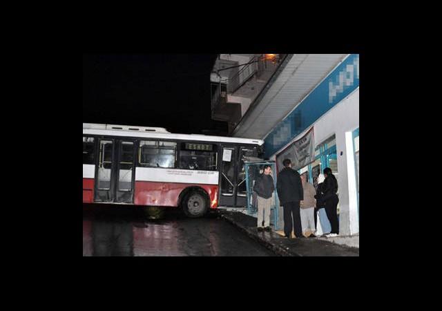 Halk Otobüsü Markete Girdi