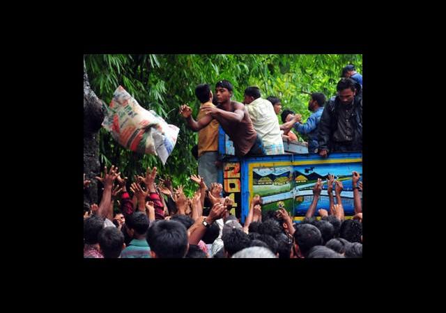 Bangladeş'te Yardım İzdihamı